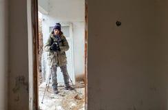 Tiroteo del fotógrafo en un apartamento abandonado arruinado Imagen de archivo