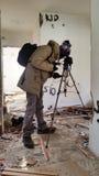 Tiroteo del fotógrafo en un apartamento abandonado arruinado Fotografía de archivo libre de regalías
