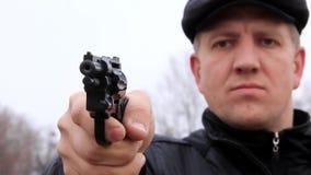 Tiroteo del hombre con el revólver almacen de metraje de vídeo