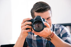 Tiroteo del hombre con la cámara de la foto Imagen de archivo