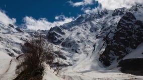 Tiroteo del intervalo Las montañas del Cáucaso, Ossetia del norte, formación de nubes en la montaña rematan la garganta de Tseysk almacen de metraje de vídeo