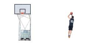 Tiroteo del jugador de básquet en el aro Foto de archivo