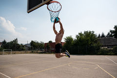 Tiroteo del jugador de básquet en un patio Fotos de archivo libres de regalías