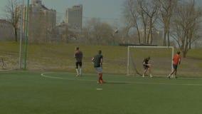Tiroteo del jugador de fútbol en barra cruzada de la meta y de los golpes almacen de metraje de vídeo