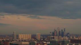 Tiroteo del lapso de tiempo: ciérrese encima de la vista del distrito financiero con los rascacielos de la metrópoli almacen de video