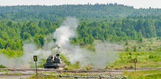 Tiroteo del obús 2S19 Msta-S de 152 milímetros Rusia Fotografía de archivo