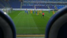 Tiroteo del partido de fútbol de los asientos para los espectadores metrajes