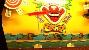 Tiroteo del pato en la cabina del carnaval almacen de metraje de vídeo