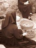 Tiroteo del vintage de dos mujeres en un pueblo sardo Imagenes de archivo