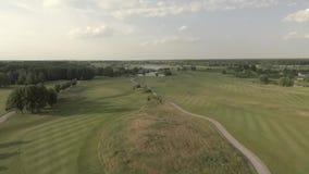 Tiroteo desde arriba del campo de golf de lujo grande Vista de los céspedes y de los árboles verdes Tiroteo desde arriba, visión  metrajes