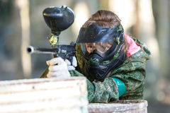 Tiroteo fresco de la muchacha del arma de Paintball primer Foto de archivo libre de regalías