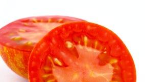 Tiroteo macro Corte transversal del tomate rayado del globo rojo Dos mitades Lentamente girando en la placa giratoria aislada en almacen de metraje de vídeo