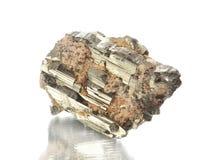 Tiroteo macro del espécimen mineral natural de la roca - pirite, piedra en un fondo blanco Fotografía de archivo
