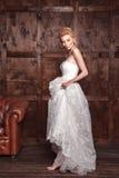Tiroteo nupcial de la belleza de la moda Novia hermosa de la moda en el vestido de boda que presenta delante de fondo arbolado Fotos de archivo libres de regalías