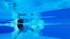 Tiroteo subacuático como nadadas de un hombre debajo del agua metrajes