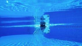 Tiroteo subacuático como nadadas de un hombre debajo del agua almacen de video