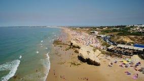 Tiroteo video aéreo del abejón, playa del vendaval, ciudad de Albufeira metrajes