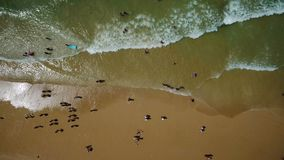 Tiroteo video aéreo del abejón, playa del vendaval, ciudad de Albufeira almacen de metraje de vídeo