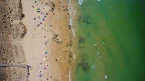 Tiroteo video aéreo del abejón, playa del vendaval, ciudad de Albufeira almacen de video