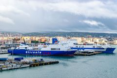 Tirrenia Hartmut Puschmann Ro-Ro Cargo och passagerareskepp och Eurocargo Bari Ro-Ro Cargo Ship Grimaldi linjer arkivbild