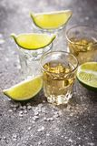 Tirs de tequila d'argent et d'or photo stock