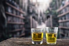 Tirs en verre avec le liqour jaune ressemblant au whiskey photographie stock libre de droits
