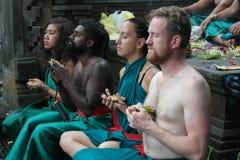 Tirta Empul寺庙的巴厘岛崇拜者 免版税库存图片