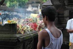 Tirta Empul寺庙的巴厘岛崇拜者 免版税图库摄影