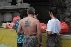 Tirta Empul寺庙的巴厘岛崇拜者 库存照片