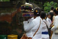 Tirta Empul寺庙的巴厘岛崇拜者 库存图片