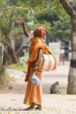 TIRUVANNAMALI,泰米尔纳德邦,印度- 3月大约, 2018年 街道摄影 在聚会所Ramana Maharshi的Sadhu Sadhu是一个圣洁者, w 免版税库存图片