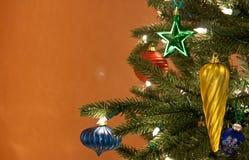 Tis que a estação para muitas coisas ornaments e árvore Fotos de Stock Royalty Free