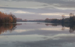Tisa河,在秋天11月下午的渔夫小船 库存照片