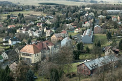 Tisa, Ustecky kraj,捷克共和国- 2016年12月10日:有小学大厦的村庄Tisa在冬天旅游季节与 图库摄影