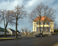 Tisa, kraj d'Ustecky, République Tchèque - 10 décembre 2016 : village commun avec le bâtiment d'école primaire et une voiture gar Image stock