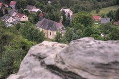 Tisa, republika czech - Czerwiec 09, 2019: kościół między innymi drzewami w centre wioska podczas lato zmierzchu i domami zdjęcie royalty free