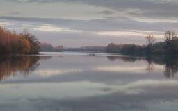 Tisa rzeka, fisher łódź w jesień Listopadu popołudniu Zdjęcia Stock