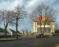 Tisa Ustecky kraj, Tjeckien - december 10, 2016: by som är gemensam med grundskolabyggnad, och en parkerad bil under Fotografering för Bildbyråer
