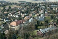 Tisa Ustecky kraj, Tjeckien - december 10, 2016: by Tisa med grundskolabyggnad i turist- säsong för vinter med Arkivbild