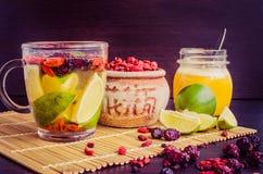 Tisana antiossidante fresca dalle bacche di goji fotografia stock