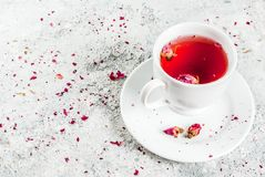 Tisana con i germogli rosa Fotografia Stock
