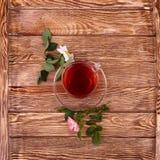 Tisana con l'erba sulla vecchia tavola di legno Immagini Stock Libere da Diritti