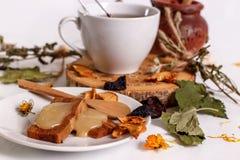 Tisana con miele, le caramelle gommosa e molle e la frutta secca Fotografia Stock