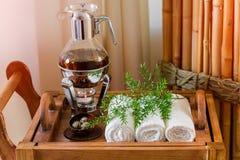 Tisana fresca, quente ainda da vida em uma bandeja com toalhas e ervas nos termas Imagem de Stock Royalty Free