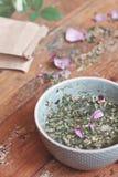 Tisana natural saudável no copo azul Rosa fotografia de stock royalty free