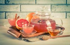 Tisane de pamplemousse avec du gingembre et le miel Photographie stock libre de droits
