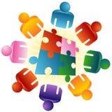 Tisch-Puzzlespiel, das Team löst Stockbilder