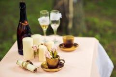 Tisch reserviert für die Braut und den Bräutigam lizenzfreie stockfotos