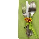 Tischbesteck auf einer grünen Serviette Stockfotografie