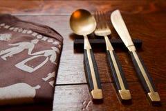 Tischbesteck auf Holztisch Lizenzfreie Stockfotos